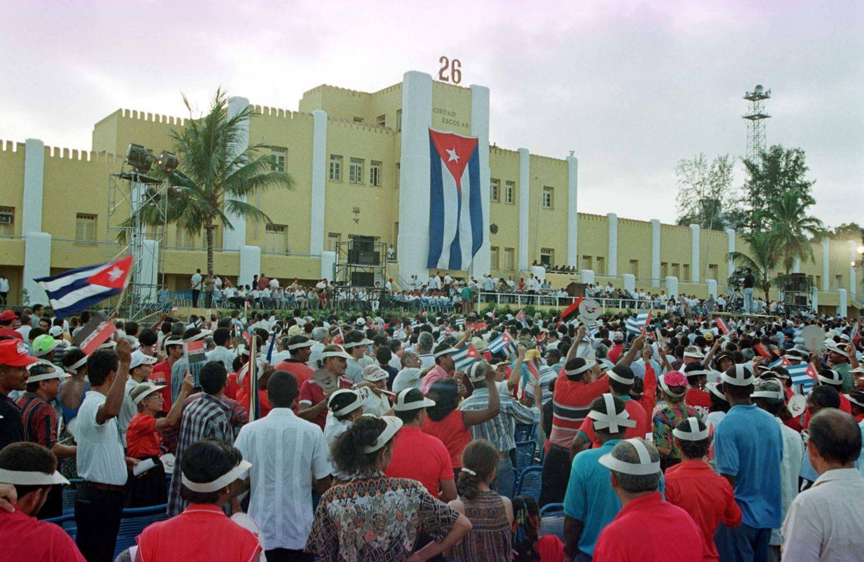 Foto: Una multitud espera en Santiago de Cuba la llegada de Fidel Castro, el 26 de julio de 1998 (Reuters).
