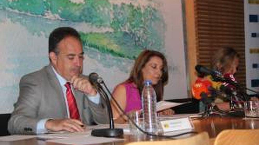 Foto: Manuel Romero Ortiz con Carmen Crespo, ex delegada del Gobierno en Andalucía (Efe).