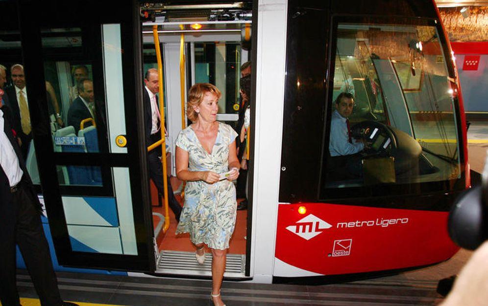 Foto: Esperanza Aguirre, inaugurando el tren ligero a Pozuelo en julio de 2007. (EFE)