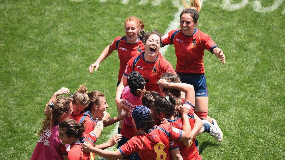 Foto: La selección española de rugby tras clasificarse para semifinales de las World Series por segunda vez en su historia.