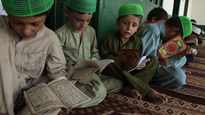 Un grupo de niños estudia el Corán en una madraza a las afueras de Islamabad (Reuters).