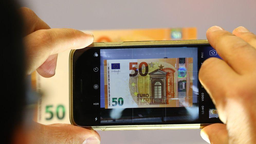 Foto: Una persona fotografía un billete en la sede del BCE. (Reuters)