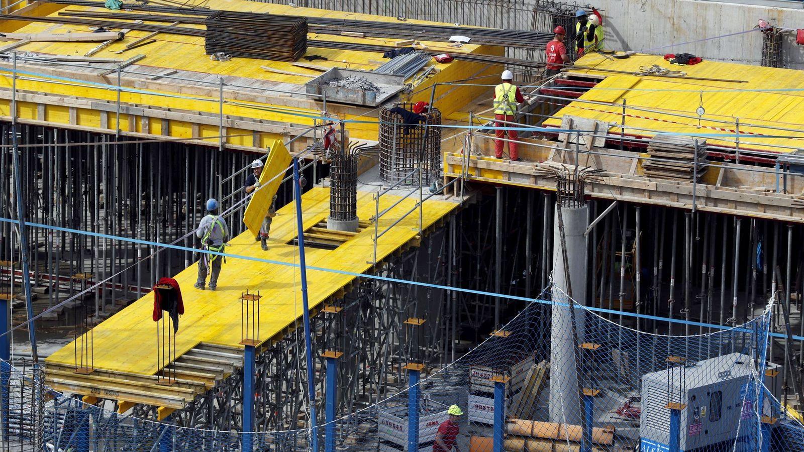 Foto: Trabajadores realizan un encofrado. (EFE)