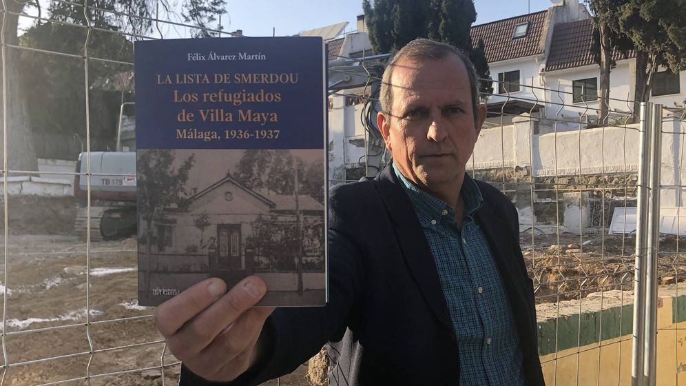 Foto: Félix Álvarez enseña su libro sobre Porfirio Smerdou y Villa Maya. (Agustín Rivera).