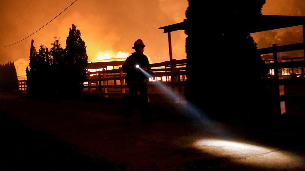 Foto: Un bombero durante las tareas de rescate por los incendios de California. (Reuters)