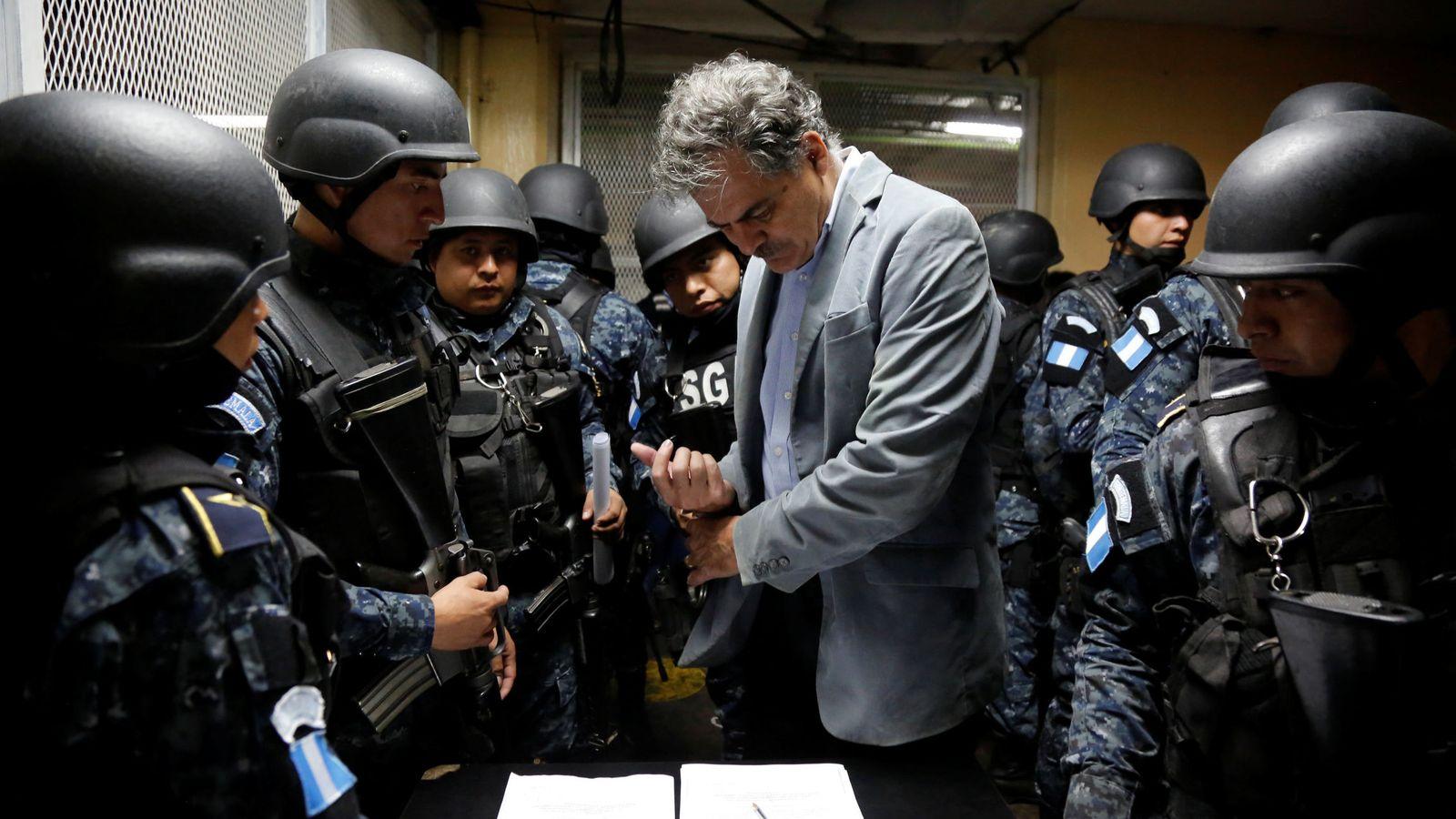 Foto: El ya expresidente de Oxfam Juan Alberto Fuentes, durante el momento en que fue detenido por la policía de Guatemala. (Reuters)