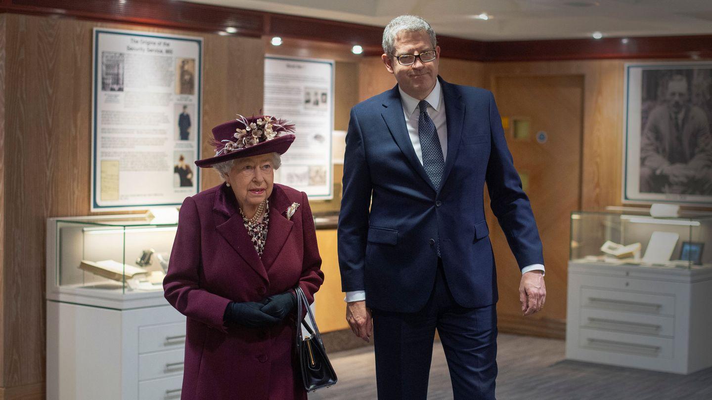 La reina Isabel junto a Andrew Parker, entonces director del MI5. (Reuters)
