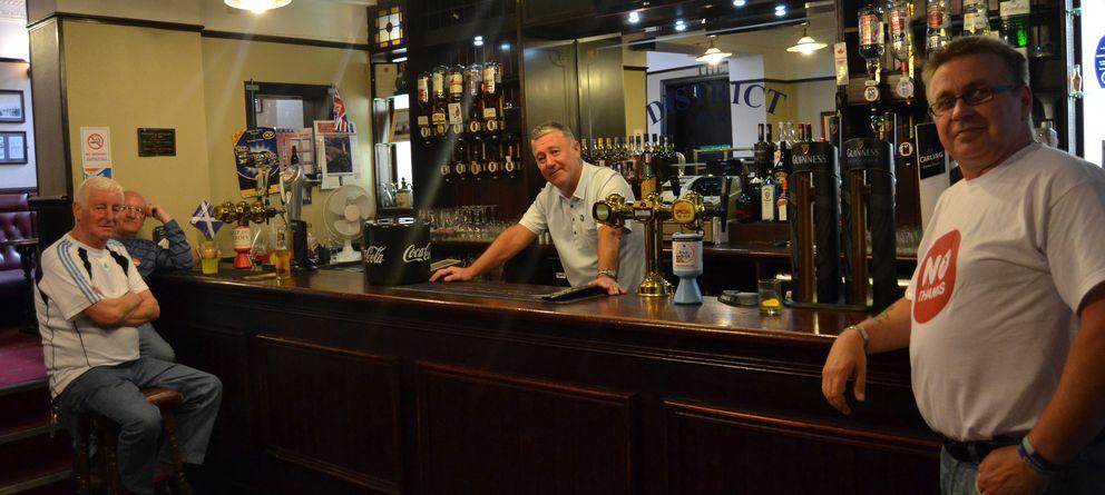 Foto: David Currie, propietario del District Pub, el bar de referencia del Rangers. Ferviente defensor del no (Eugenio Blanco).