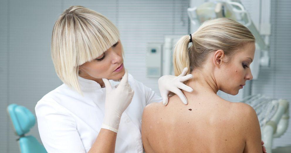 Foto: Si notamos cualquier cambio extraño en nuestro cuerpo debemos acudir al médico. (iStock)