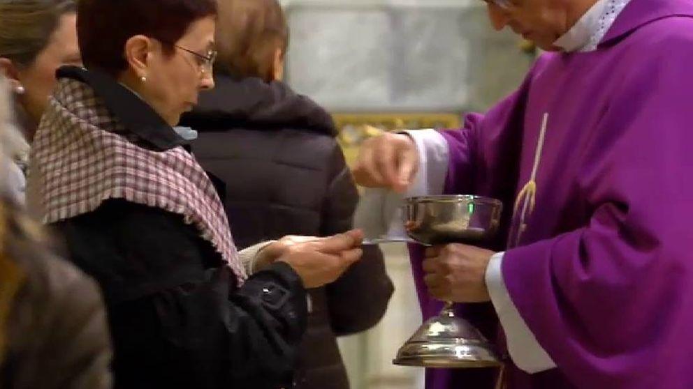 Hostias en la mano y darse la paz, de lejos: la Iglesia, contra el coronavirus