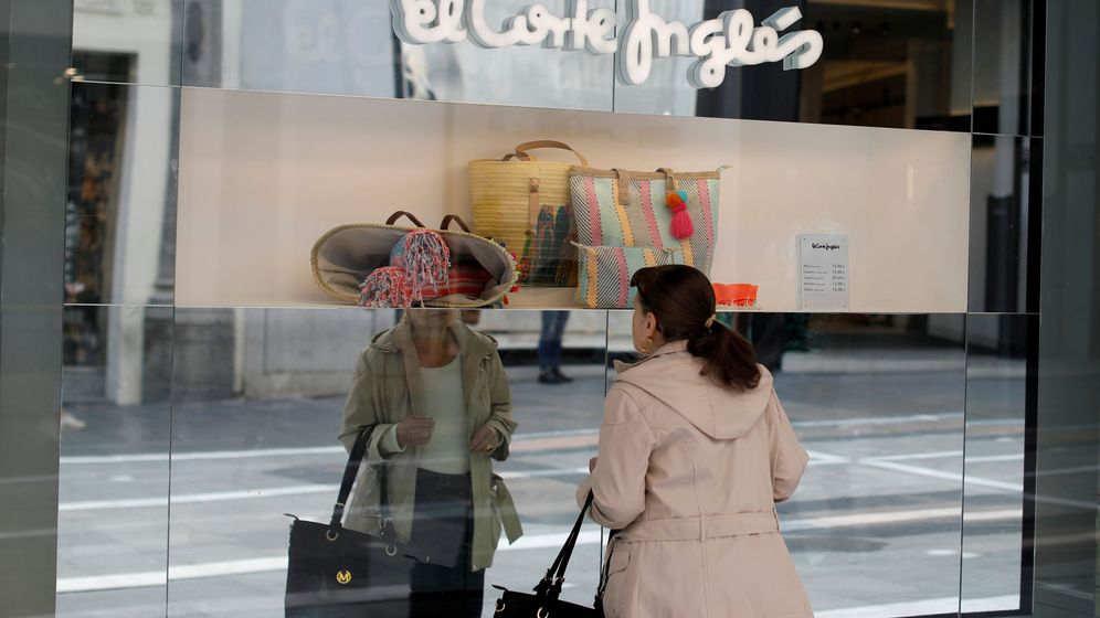 Foto: Una mujer mirando un escaparate de El Corte Inglés en Madrid (España). (Reuters)