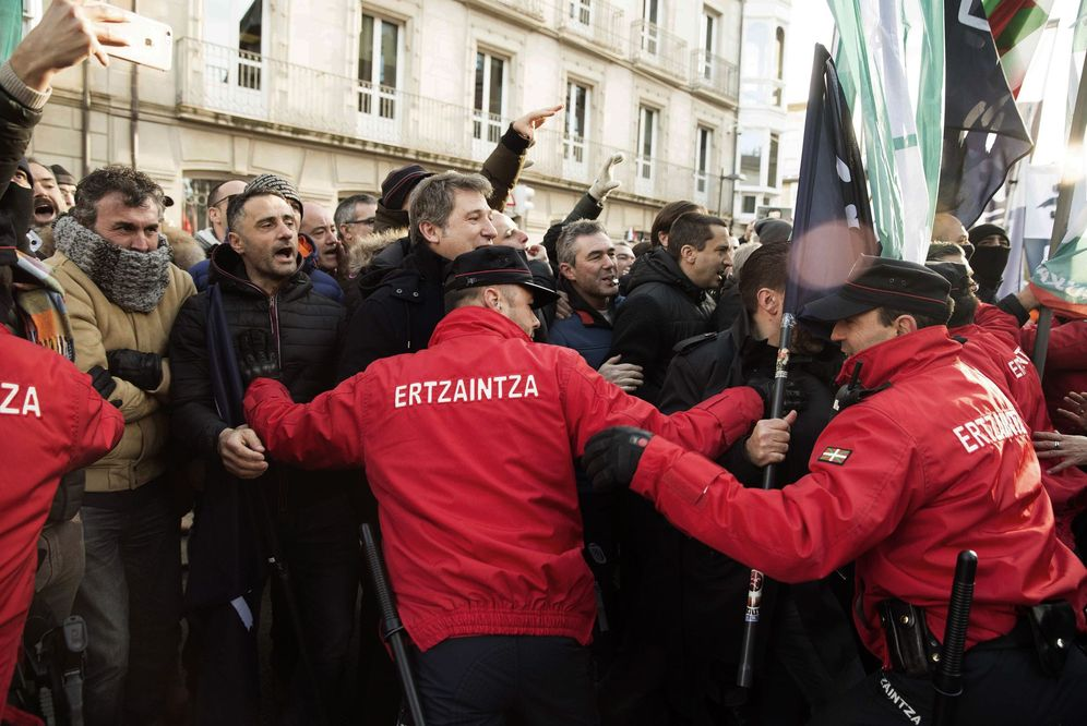 Foto: Agentes de la Ertzaintza reciben con gritos a la consejera de Seguridad este jueves ante el Parlamento Vasco en defensa de sus reivindicaciones laborales. (EFE)