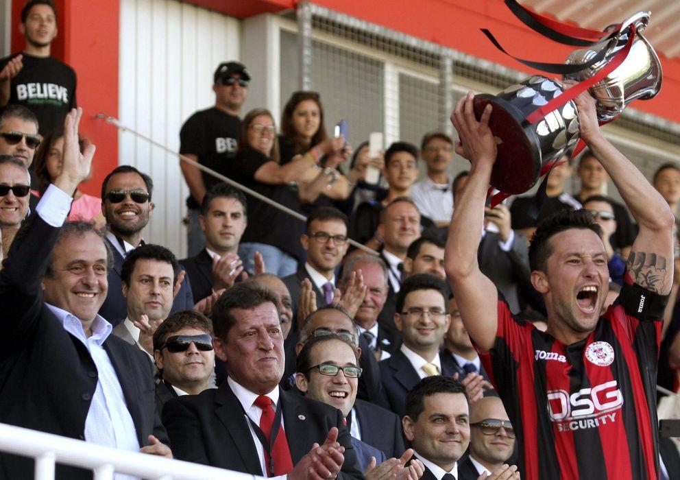 Foto: Platini, presidente de la UEFA, entregó el trofeo de campeón local al Lincoln.
