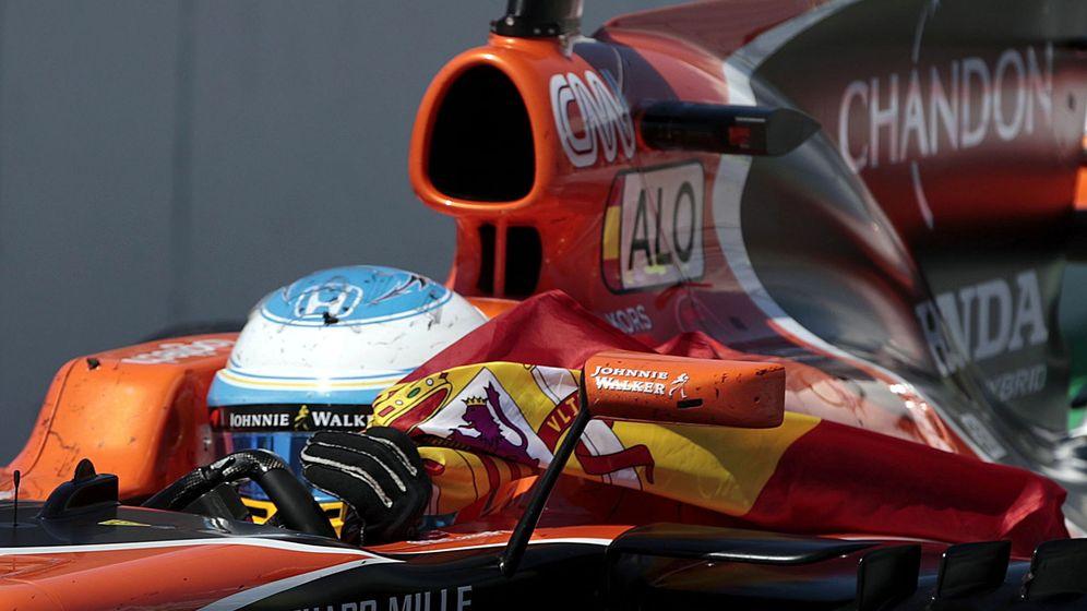 Foto: Alonso, con una bandera española tras finalizar la carrera. (EFE)