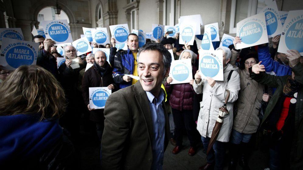 Foto: El alcalde de A Coruña, Xulio Ferreiro (Marea Atlántica), recibe el apoyo de alrededor de un centenar de personas a las puertas del Ayuntamiento de A Coruña. (EFE)