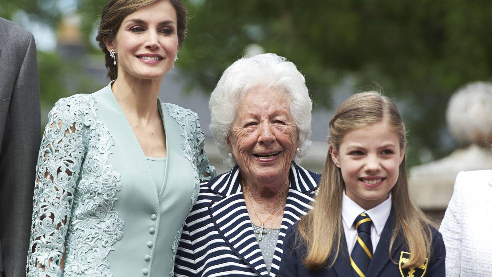 Foto: La reina Letizia, su abuela Menchu y la infanta Sofía. (Getty)