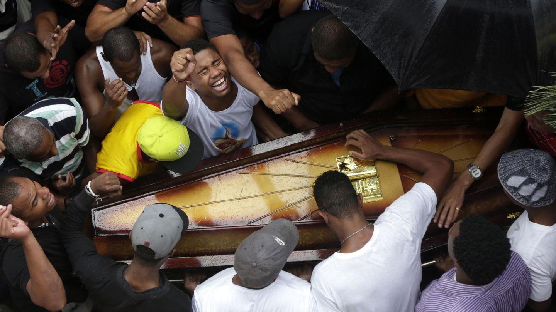 Familiares y amigos de Rafael da Silva, un joven de 25 años muerto en un tiroteo, durante su funeral en Río (Reuters).