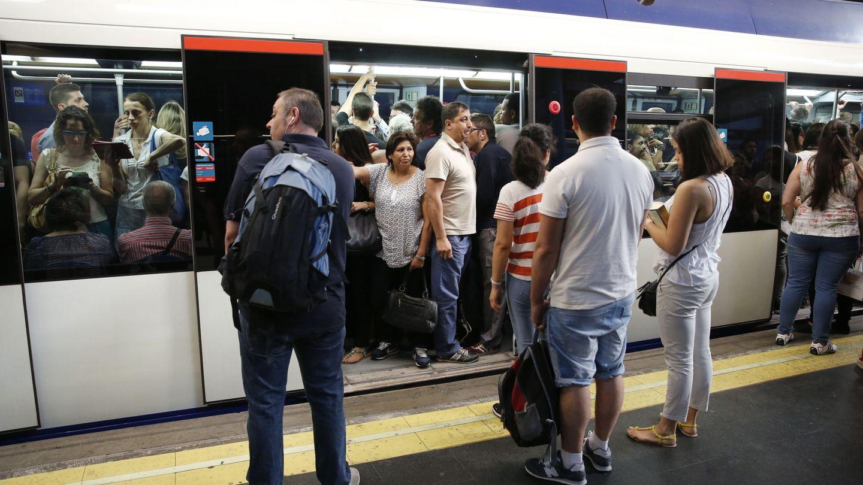 Usuarios del metro, en la estación de Príncipe Pío. (EFE)