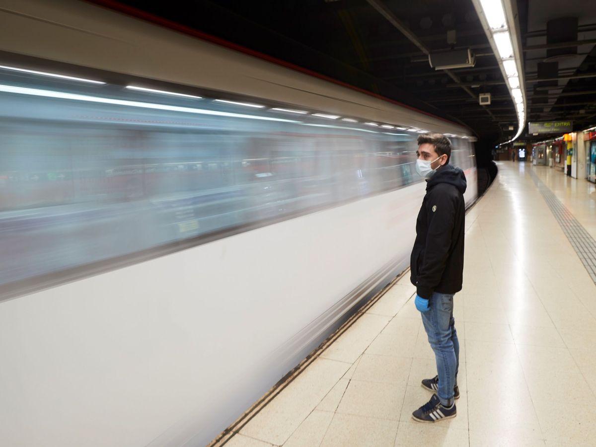 Foto: Un pasajero con mascarilla en una estación del Metro de Barcelona (EFE)