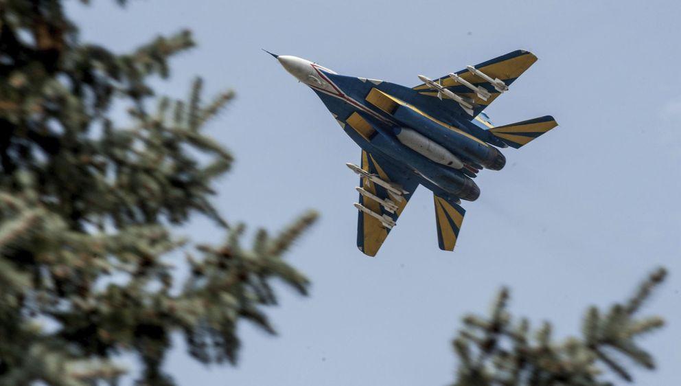 Un avión de combate ucraniano sobrevuela la ciudad de Kramatorsk. (EFE)