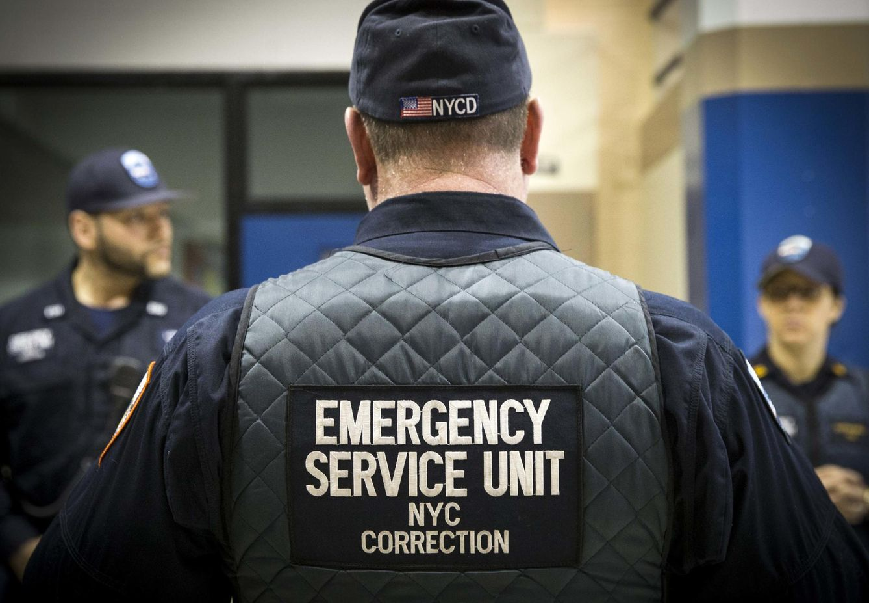 Foto: Guardias de la prisión de Rikers Island, en Nueva York, en la unidad de Enhanced Supervision Housing, el 12 de marzo de 2015 (Reuters).