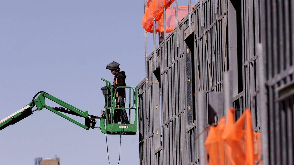 Foto: Un hombre trabaja en la construcción de un edificio. (EFE)