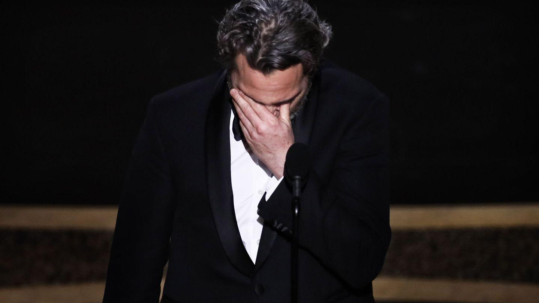 Joaquin Phoenix recoge el Oscar y tiene un recuerdo para su hermano. (EFE)