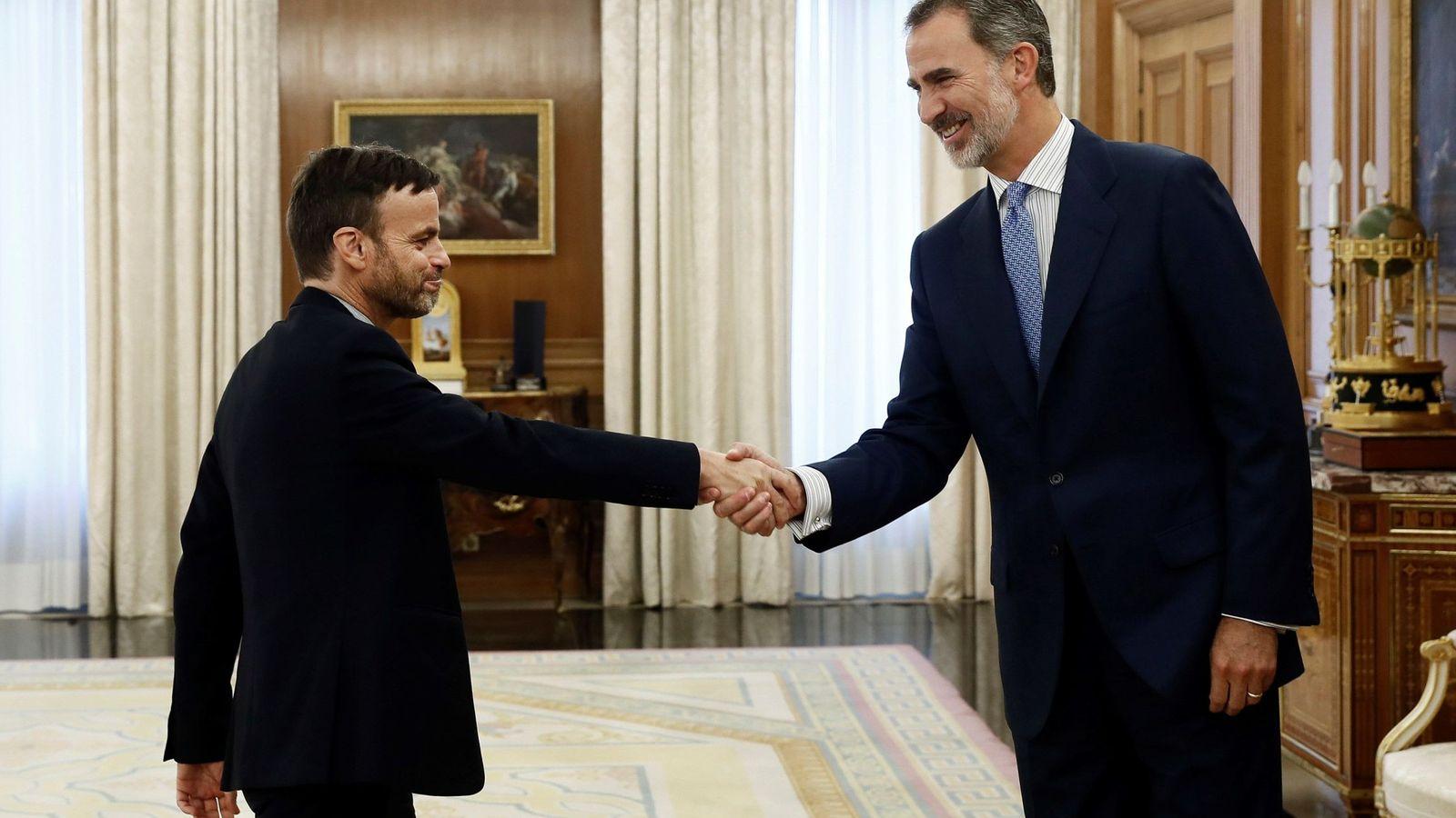Foto: Felipe VI recibe en audiencia al portavoz de En Comú Podem en el Congreso, Jaume Asens, en la segunda jornada de la ronda de consultas sobre la investidura. (EFE)