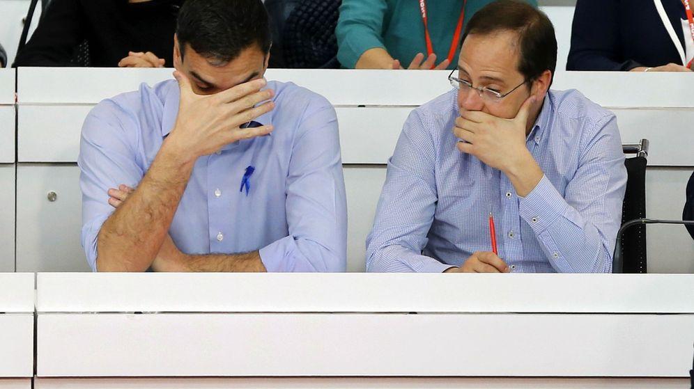Foto: El secretario general del PSOE, Pedro Sánchez (i), conversa con el secretario de Organización, César Luena. (EFE)