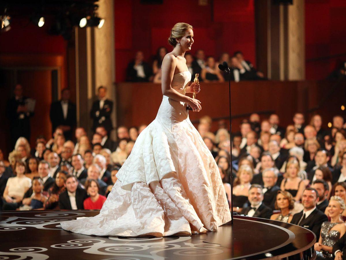Foto: Jennifer Lawrence, recogiendo su Oscar en 2013 con un vestido de Dior. (Getty)