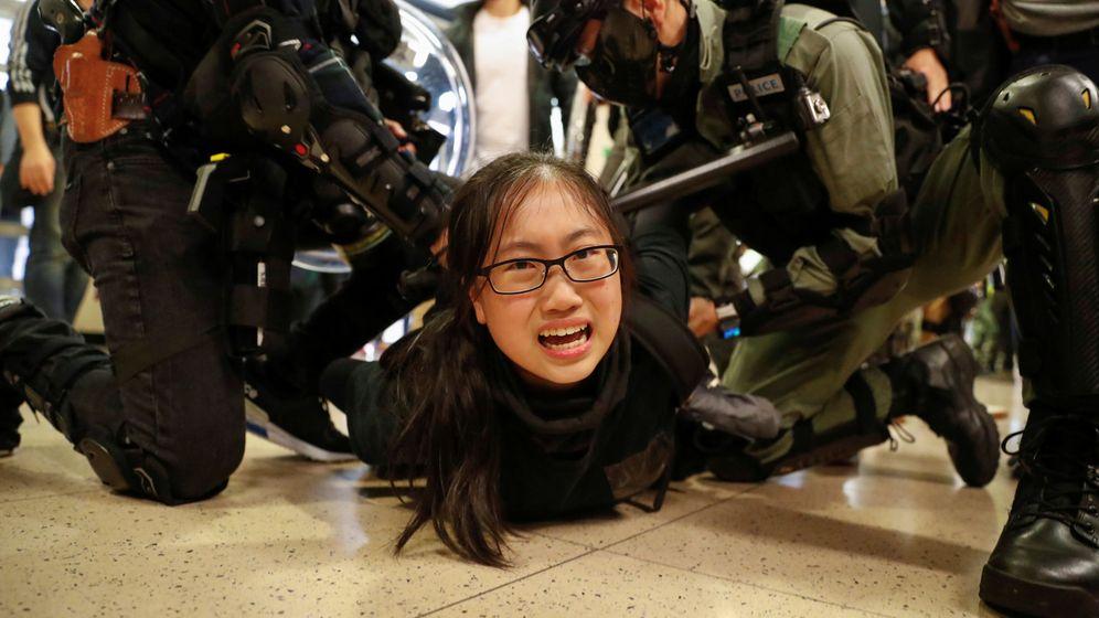 Foto: La policía detiene a una manifestante en un centro comercial de Hong Kong. (Reuters)