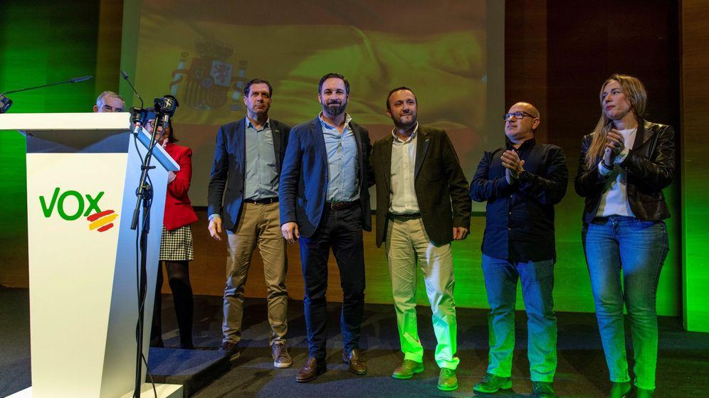 Foto: El presidente de VOX, Santiago Abascal, junto al presidente de Vox Toledo, Luis Miguel Núñez (c). (EFE)