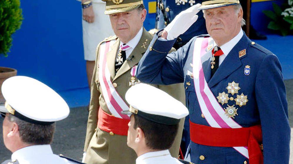 Foto: Félix Sanz Roldán y Juan Carlos I, en un acto público. (EFE)