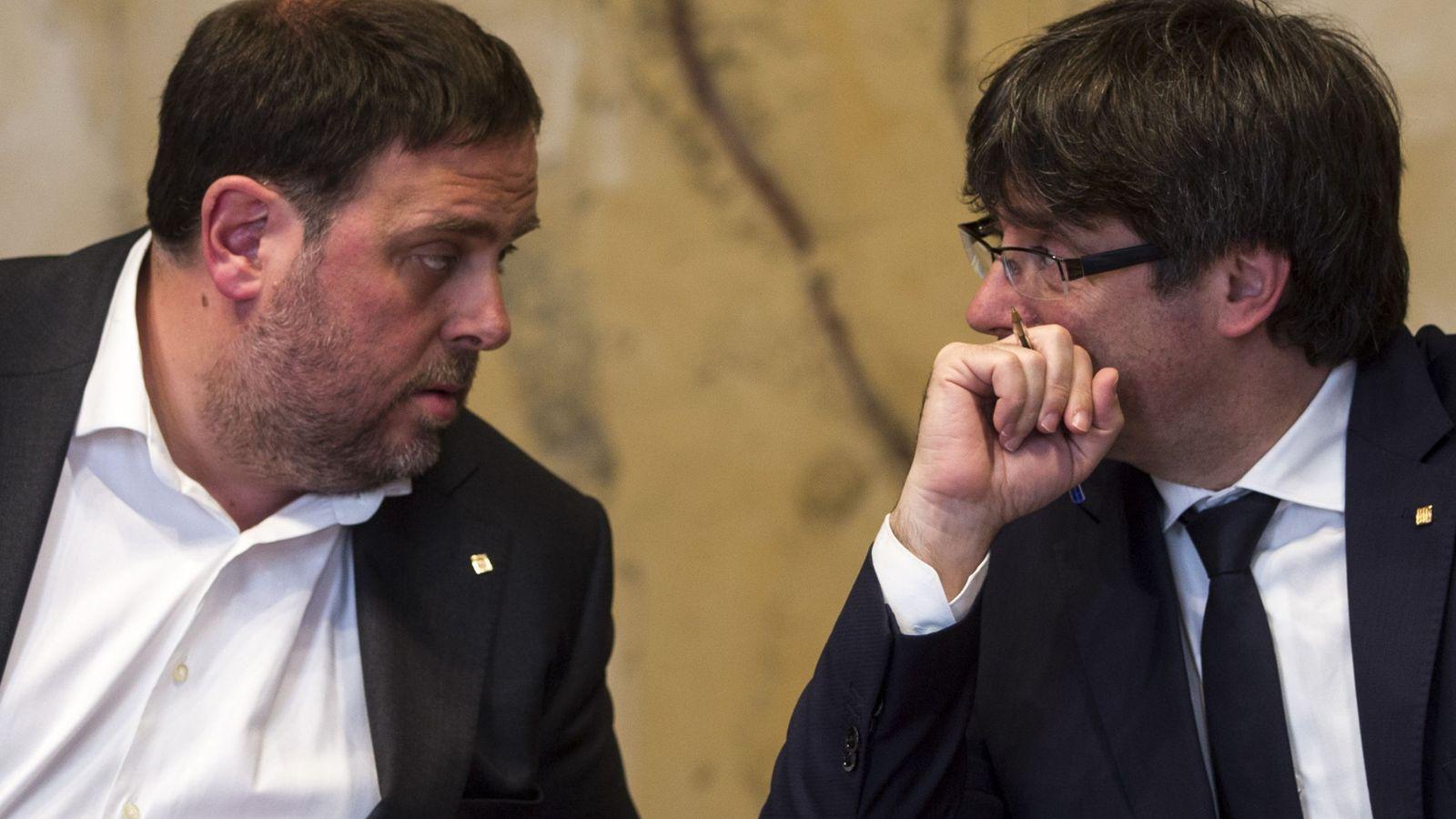 Foto: El presidente de la Generalitat, Carles Puigdemont (d) habla con el vicepresidente del Govern y conseller de Economía, Oriol Junqueras. (EFE)