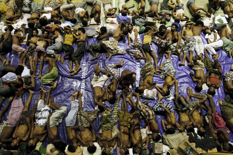 Foto: Inmigrantes, supuestamente de la etnia rohingya, hacinados en un barco tras ser rescatados de botes después de escapar de Myanmar. (Reuters)