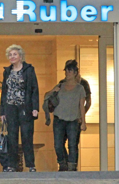 Penélope Cruz saliendo de la Ruber tras una revisión antes de dar a luz a su hija Luna. (I.C.)