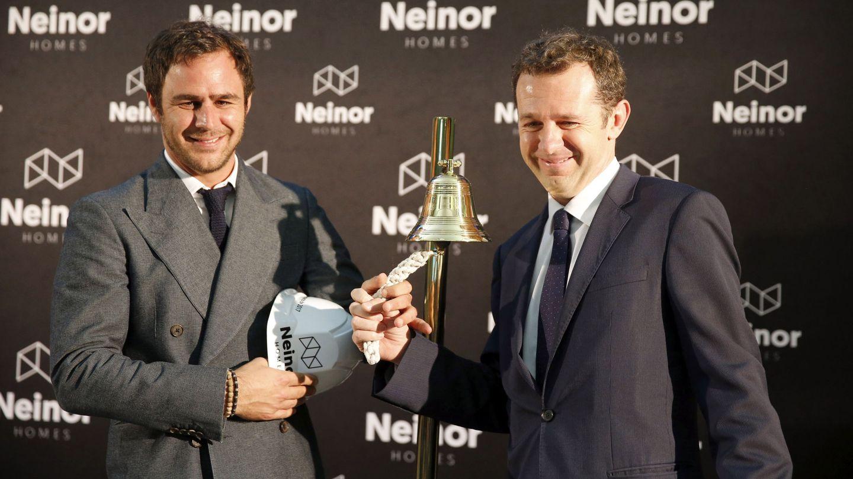 El consejero delegado de la promotora inmobiliaria Neinor Homes, Juan Velayos (d), y el responsable del fondo Lone Star en España, Juan Pepa.