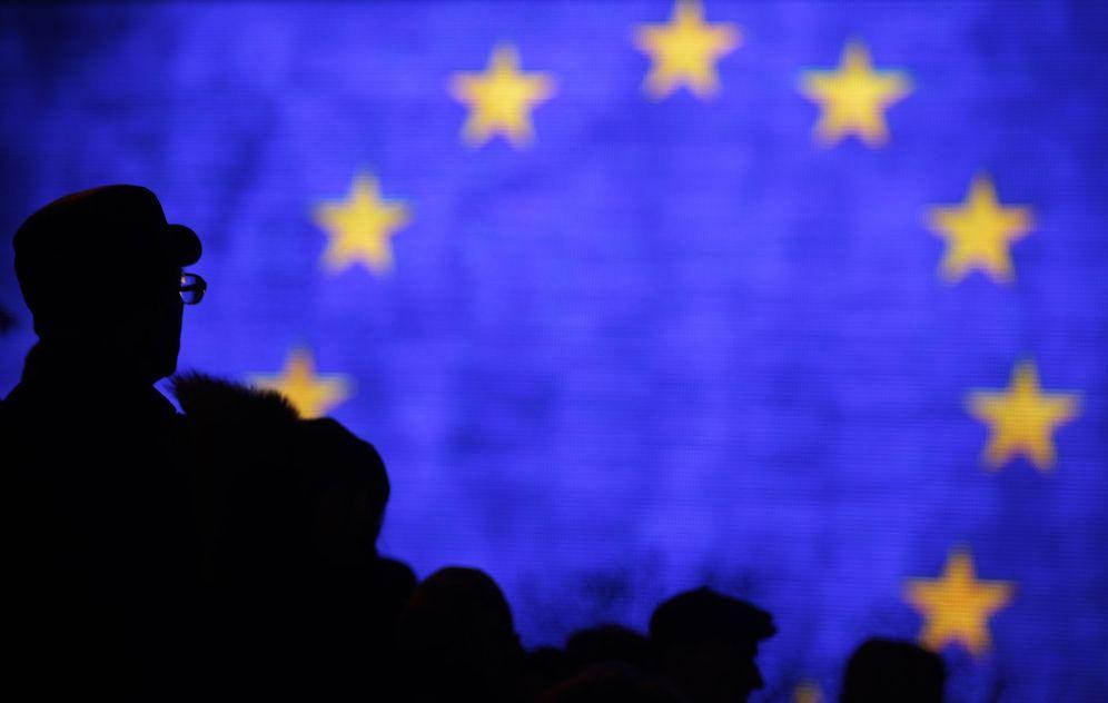 Foto: Bandera de la Unión Europea proyectada sobre una pantalla gigante en Kiev. (Reuters)