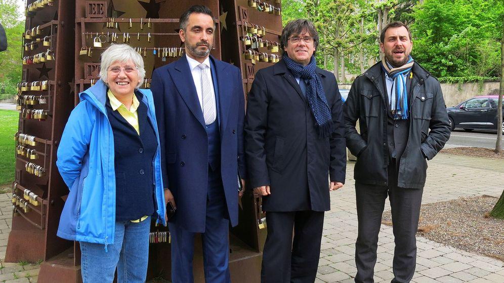 Foto: Carles Puigdemont, junto Toni Comín, Clara Ponsatí y el abogado Aamer Anwar.