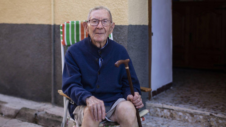 Paco, el hombre más longevo de Maqueda con 97 años, recuerda cuando jugaba de pequeño en el castillo antes de la Guerra Civil. (A. M. V.)