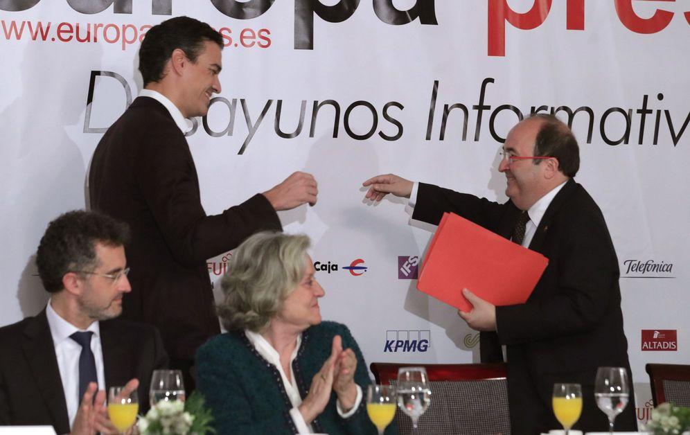 Foto: Pedro Sánchez y Miquel Iceta se saludan en el desayuno informativo de Europa Press, este 27 de noviembre en Madrid. (EFE)