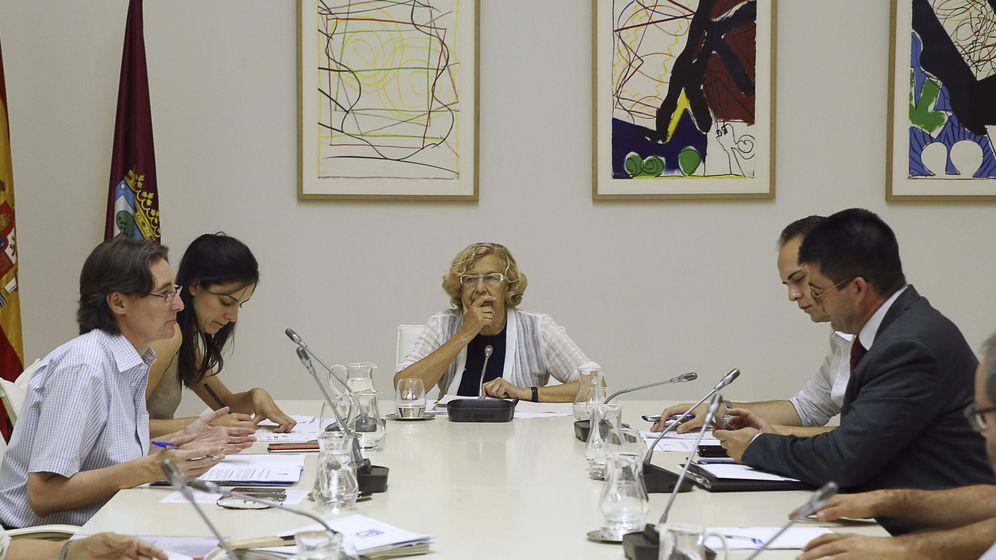 Foto: La alcaldesa de Madrid, Manuela Carmena (c), preside junto a varios concejales una Junta de Gobierno del Ayuntamiento de Madrid. (EFE)