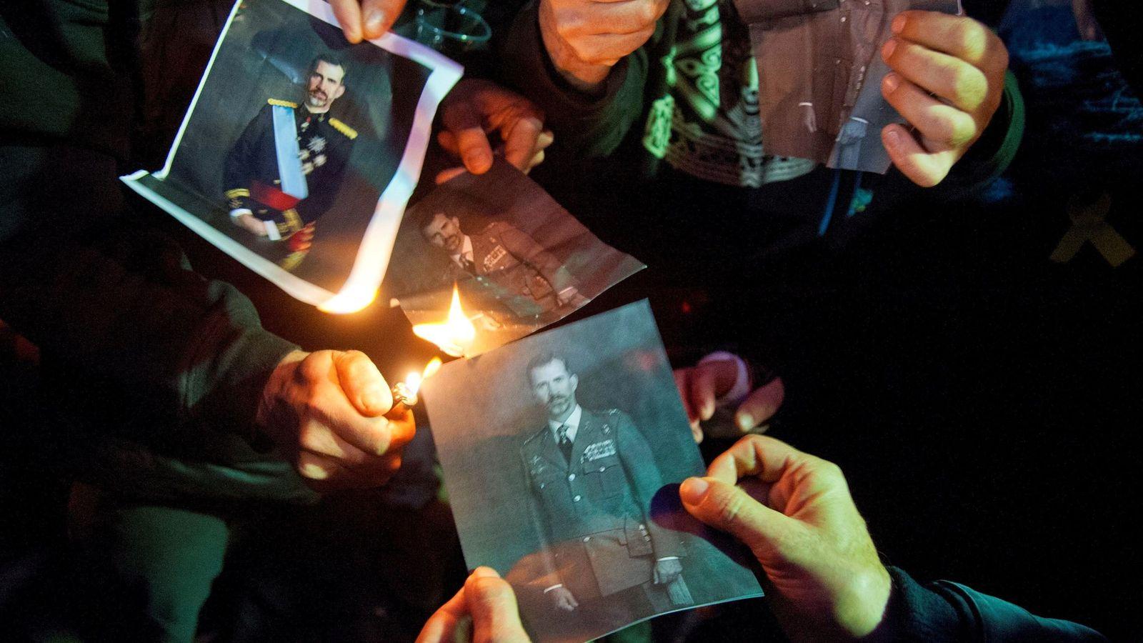 Foto: Quema fotos del rey en Girona celebrando la sentencia del TEDH. (EFE)