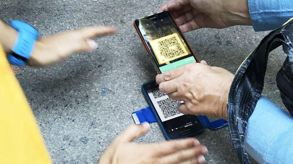 Foto: Los códigos QR se transmiten de móvil a móvil entre los manifestantes, por precaución. (Foto:Carles Banús)