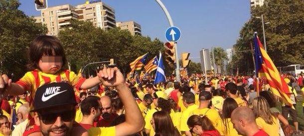 Foto: Gerard Piqué y su hijo Milan en la manifestación de la Diada en Barcelona (Twitter)