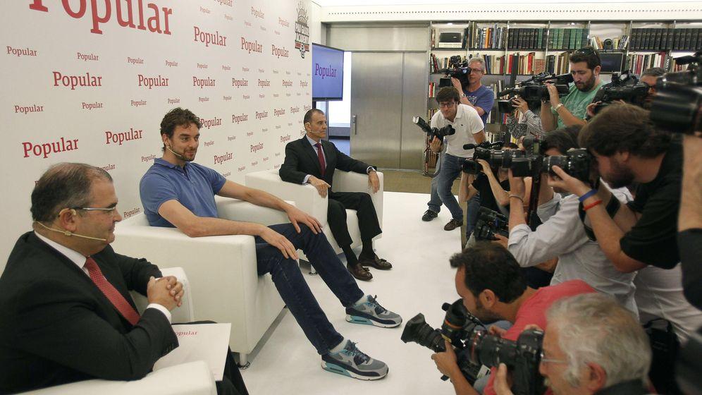 Foto: El presidente del Popular, Ángel Ron, junto a su imagen publicitaria, Pau Gasol. (EFE)
