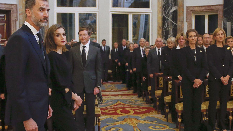 Los Reyes, en el funeral por Alicia de Borbón-Parma con las infantas Cristina y Elena. (EFE)