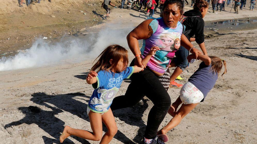 Foto: María Meza con tres de sus hijos al intentar cruzar la frontera. (Reuters)