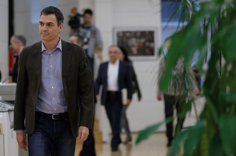 Foto: Pedro Sánchez, dirigiéndose a la reunión con la dirección de su grupo parlamentario en el Congreso, este 30 de enero. (EFE)