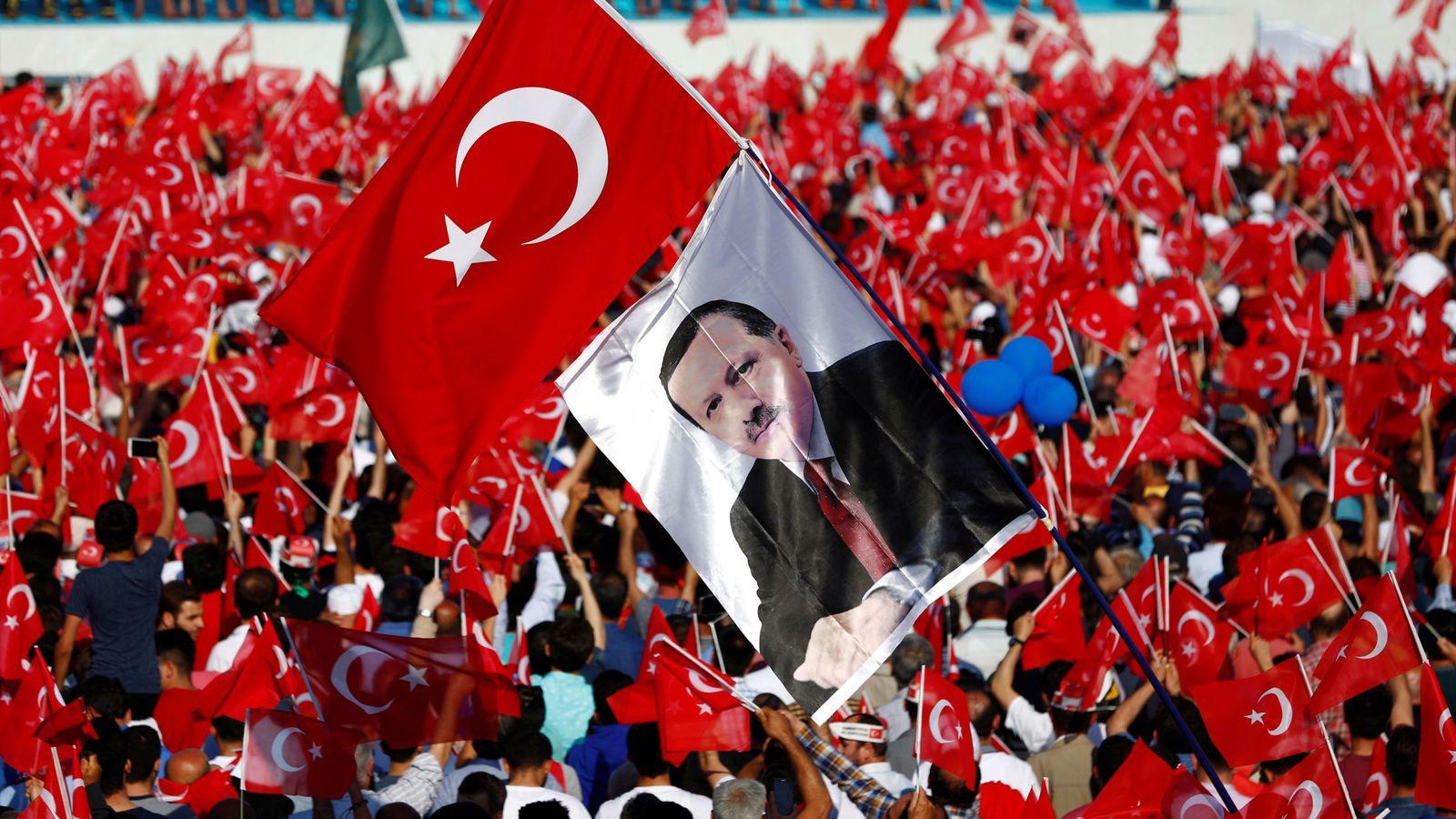 Foto: Partidarios de Erdogan enarbolan una foto del Presidente turco durante las celebraciones de la conquista de Estambul, el 29 de mayo de 2016 (Reuters)